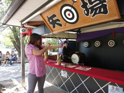 Shizuka beim Bogenschießen