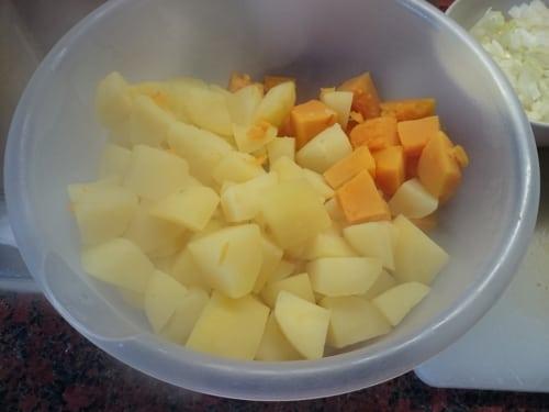 Gekochte Kartoffeln und Kürbis
