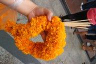 Räucherstäbchen und Blumengirlanden